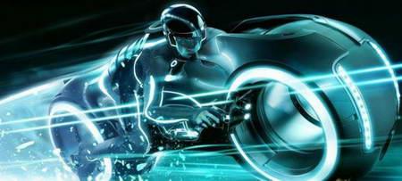 Невероятный супербайк Tron Lightcycle из фантастического фильма на улице