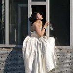 В Китае девушка в платье невесты хотела выброситься с седьмого этажа