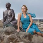 Бронзовая статуя женщины в гавани Фолкстон аналог Русалочки Копенгагена