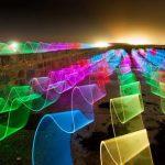 Психоделические светодиодные картины художника освещают канал острова Гернси