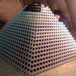 Самая большая 3D пирамида из домино была почти построена