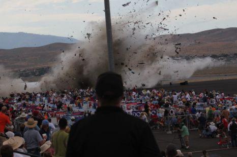 На авиашоу в Рино, Невада рухнул истребитель второй мировой войны, убив трех зрителей
