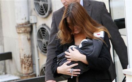 Дочь Джулия на руках матери Карлы Бруни-Саркози