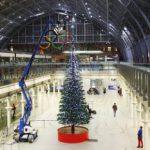 В Лондоне на вокзале установили 10-метровую Рождественскую елку