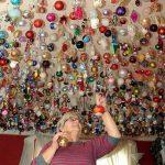 Пенсионерка украшает к Рождеству дом 1700-ю елочными игрушками со всего мира