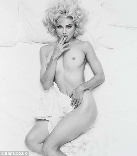 Обнаженная Мадонна курит в постели