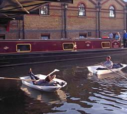 Лодка оригами на воде