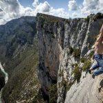 Человек-паук висит над 150-метровой пропастью без страховки
