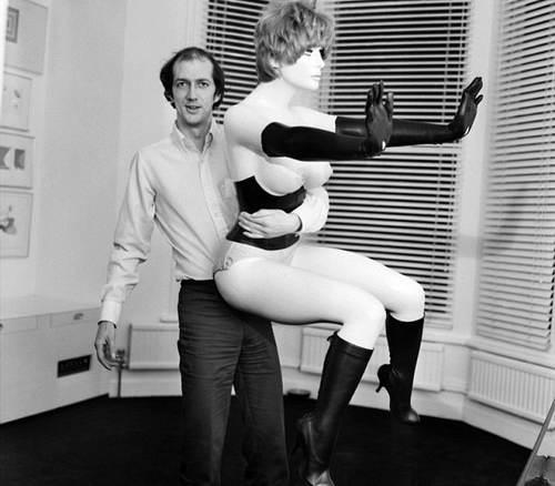 Работа 60-х годов Алена Джонса «голая мебель» на аукционе Sotheby's ушла за $4 млн.