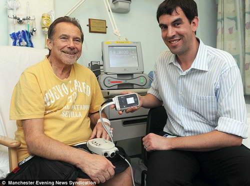 Барри Уэйд и кардиолог Стив Шоу и титановый насос