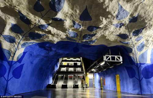 Красивые фотографии Стокгольмского метро вырубленного в скалах