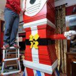 Семья каждый год к Рождеству строит огромные фигуры из лего