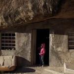 Мексиканская семья построила дом под 40-метровой глыбой в каменной пустыне