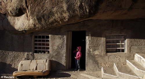 Мексиканская семья оборудовала под дом 40-метровый камень в пустыне