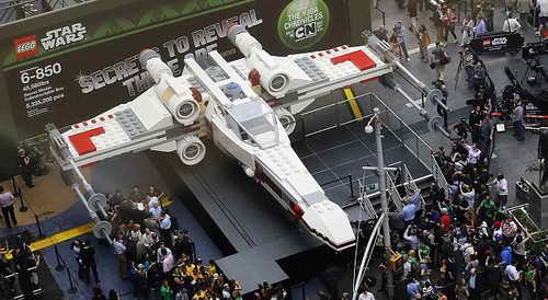 Модель из млн. лего - истребителя X-Wing Звездных Войн