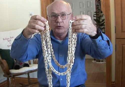 Джон Мерритт со своим ожерельем вырезанным из одного куска дерева