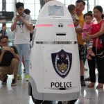 Робот полицейский на вокзалах Китая стал обычным явлением