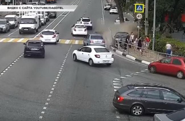ДТП в Сочи 4 июля. Видео таксист сбил шесть человек