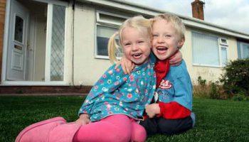 4 летнему мальчику из-за эпилептической реакции на траву подарили искусственный газон