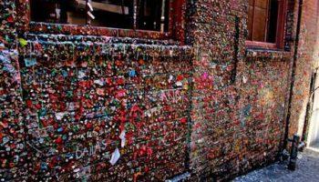 Дом залепленный жевачкой – мекка для туристов