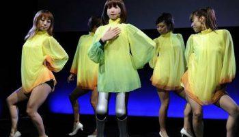 Новый робот девушка умеет петь и танцевать