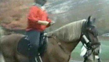 Подростка выгнали из школы потому что приехал на лошади в рыцарском костюме