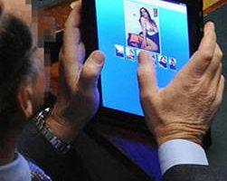 Скандал: итальянский парламентарий на iPad рассматривает проституток