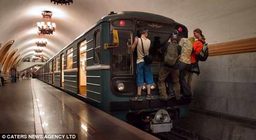 Катание в метро. Московские идиоты
