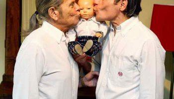 Удивительная пара геев: 21 год возят куклу с собой по всему миру