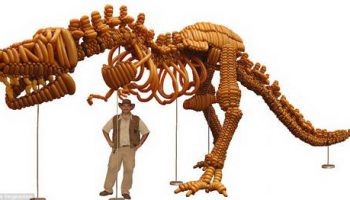 Скульптор сделал динозавра из 1400 воздушных шаров за 55 часов