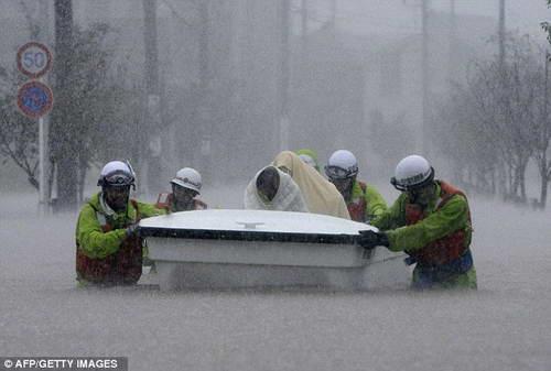спасатели работают в тайфун Рок - Япония