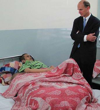 Пациент с 90 кг опухолью и хирург