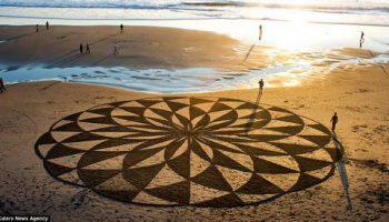 Художник рисует каждый раз новую картину на прибрежном песке, чтоб потом прилив смыл ее