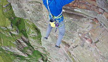 Альпинист Дэйв МакЛеод покоряет вертикальную стену утеса Святого Иоанна