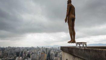 Энтони Гормли устроил свою инсталяцию фигур самоубийц в Бразилии