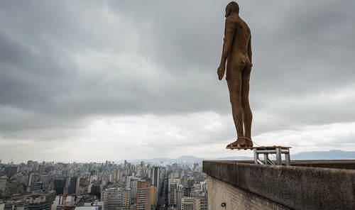 Скульптуры самоубийц Энтони Гормли