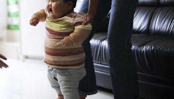 Китайская девочка в 1,5 года из-за огромного веса в 20 кг не может ходить