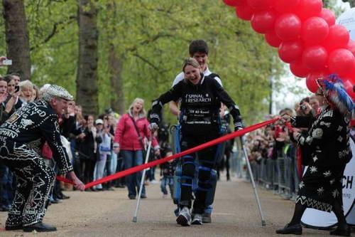 Парализованная женщина в бионическом костюме на финише марафона
