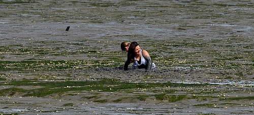 Две девочки не могут выбраться из грязи