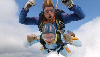 Дафни Бернард отпраздновала 90-летие прыжком с парашютом