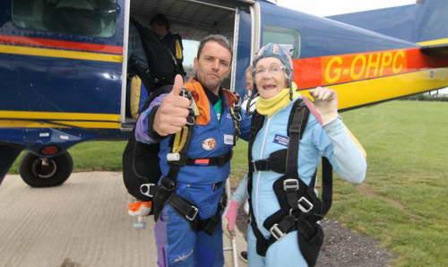 Дафни Бернард, 90 лет отметила прыжком с парашютом с высоты 3,5 км