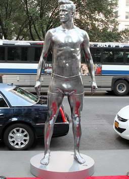 Серебрянный памятник Дэвиду Бекхэму в Нью-Йорке