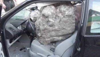 Немка вышла из автомобиля за несколько секунд до падения камня в 1 тонну