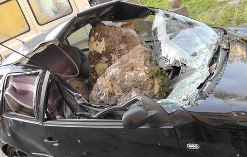 Камень в 1 тонну упал на автомобиль