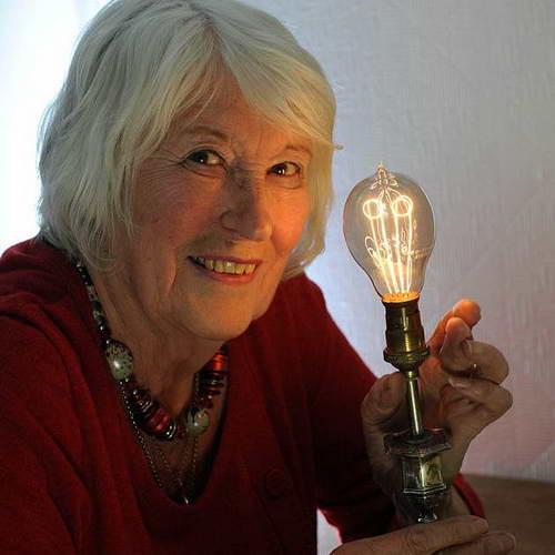 Лампа накаливания работает 130 лет