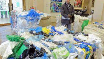 Художница создала инсталяцию из трех тонн выброшенных пластиковых пакетов