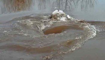 В Латвии во время весеннего паводка сняли видео таинственного водоворота