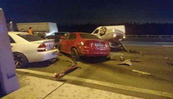 Автомобиль сбил людей на остановке в Санкт-Петербурге. Видео