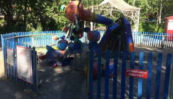 В парке Маяковского в Екатеринбурге упал аттракцион