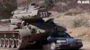 Арнольд Шварценеггеруничтожает лимузин на своем танке